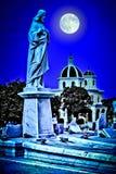 Läskig gammal kyrkogård på natten Royaltyfri Foto