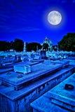 Läskig gammal kyrkogård på natten Royaltyfri Fotografi