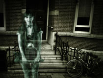 Läskig kvinnaspöke på farstubron av huset Fotografering för Bildbyråer