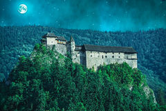 Läskig slott i en skog på natten Royaltyfria Foton