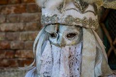 Läskig venetian maskering under den venice karnevalet Royaltyfria Bilder