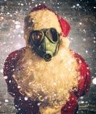 Läskiga Santa Claus med gasmasken Fotografering för Bildbyråer
