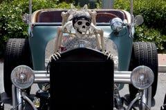Läskigt souped upp hotrodbilen med skelettet Royaltyfri Foto