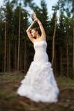 Älskvärd brud på hennes bröllopdag utomhus i en skog Arkivbild