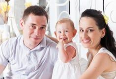Älskvärd familj som tillsammans sitter på sängen Royaltyfri Foto