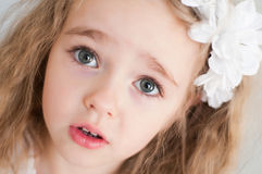 Älskvärd flicka som håller ögonen på på dig Royaltyfri Bild