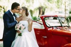 Älskvärd kyss av paren på deras bröllopdag Royaltyfria Foton