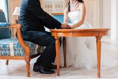 Älskvärd plats av bruden och brudgummen Arkivfoton