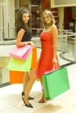 älskvärda flickor shoppar Arkivfoto