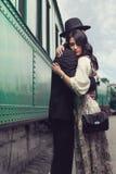 Älskvärda par på järnvägsstation Royaltyfria Bilder