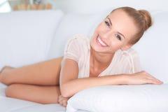 Älskvärt leende på härlig kvinna Arkivfoto