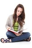 Läsning för kvinnlig student Arkivbilder