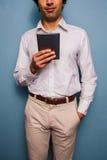 Läsning för ung man på en digital minnestavla Arkivfoton