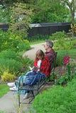 Läsning i parkera Royaltyfri Foto