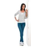 lstanding在墙壁上的愉快的拉丁女孩 免版税库存照片