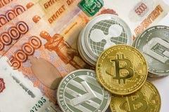 LTC litecoin монеток серебряного золота секретные, bitcoin BTC, пульсация XRP, черточка Русский рубль Монетки металла положены вн Стоковые Изображения