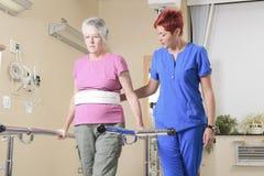 Ältere Dame mit ihrem Physiotherapeuten in a Lizenzfreies Stockfoto
