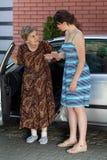 Ältere Dame nachdem dem Fahren Stockbild