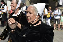 Ältere Damen in den traditionellen bretonischen Kostümen, Quimper, Bretagne, Nordwest-Frankreich Stockfotografie