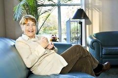 Ältere entspannende Frau Stockfotografie