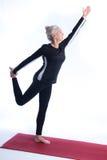 Ältere Frau in der Yoga-Haltung Stockfotografie