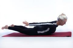 Ältere Frau in der Yoga-Haltung Lizenzfreies Stockfoto