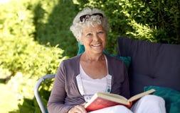 Ältere Frau, die ein Buch liest Lizenzfreies Stockbild