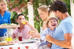 Ältere Frau, die eine Familien-Mahlzeit dient Lizenzfreie Stockbilder