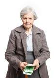 Ältere Frau, die Geld auf weißem Hintergrund zählt Stockbilder