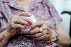 Ältere Frau, die Pille einnimmt Stockfotos