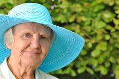 Ältere Frau im blauen Hut. Stockbilder