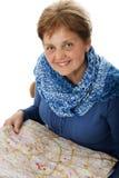 Ältere Frau mit einer Karte Stockbild