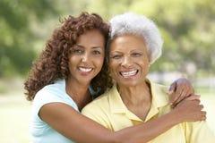 Ältere Frau mit erwachsener Tochter im Park Stockbild