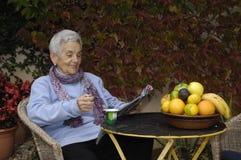 Ältere Frau mit Jogurt Stockfoto