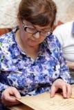 Ältere Frau mit Menü Stockfotos