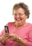 Ältere Frau Texting auf Handy Stockfotos
