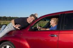 Ältere Frau Texting beim Antreiben des Autounfalls Stockfoto