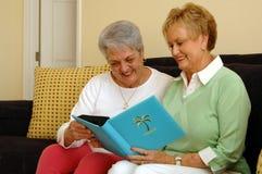Ältere Frauen, die Speicher teilen Stockfotografie