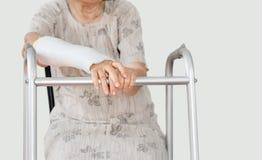 Ältere Frauen gebrochenes Handgelenk unter Verwendung des twalker Stockfotos