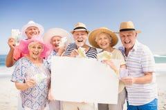 Ältere Freunde, die leeres Papier und Geld halten Lizenzfreies Stockbild
