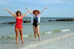 Ältere Freunde setzen Ferien auf den Strand Lizenzfreie Stockfotografie