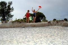 Ältere Freunde setzen Ferien auf den Strand Lizenzfreies Stockfoto