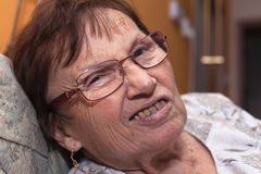 Ältere Gesicht verziehendes Frau Lizenzfreies Stockfoto