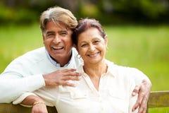 Ältere indische Paare, die in Landschaft gehen Stockfotos