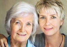 Ältere Mutter und fällige Tochter Lizenzfreie Stockfotos