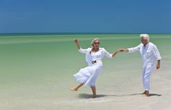 Ältere Paar-Tanzen-Holding-Hände auf einem Strand Stockbild