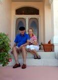 Ältere Paare auf vorderem Portal Stockfotos