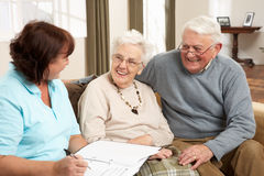 Ältere Paare in der Diskussion mit Gesundheits-Besucher Lizenzfreies Stockfoto