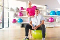 Ältere Paare in der Gymnastik Stockfotografie