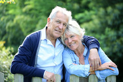 Ältere Paare, die draußen im Garten stehen Lizenzfreie Stockfotos